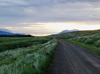 Island Mitternachtssonne am Fjord 1 2018 web .jpg